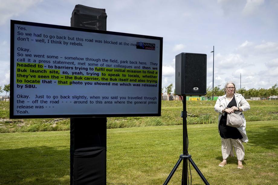 Аудиовизуальная трансляция заседания возле здания судебного комплекса Схипхол, Нидерланды, 3 июля 2020 г.