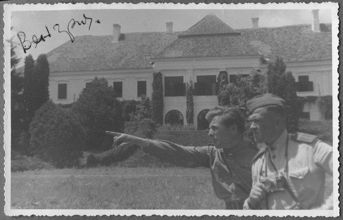 Павло Кашкель (з камерою) під час Другої світової війни в Угорщині