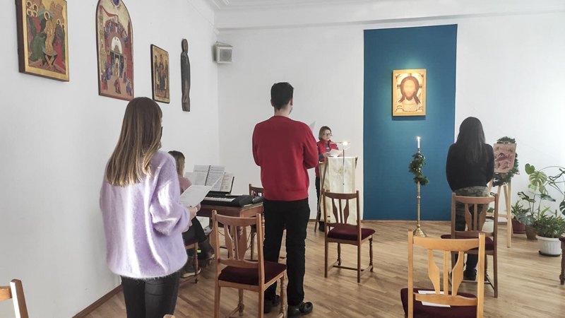 Ірина виголошує проповідь-промову на спільній молитві перед роздачею їжі та чаю