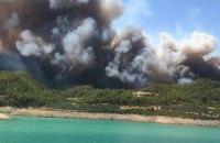 В турецькій Анталії спалахнула сильна лісова пожежа, вогонь перекинувся на 200-тисячне місто
