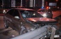 На Южном мосту в Киеве автомобиль протаранил отбойник