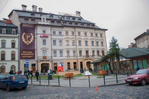 В четырех торгово-развлекательных центрах Львова ищут взрывное устройство