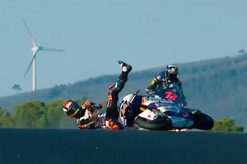 Мотогонщик, который упал, чудом не попал под колеса соперников во время квалификации Moto2