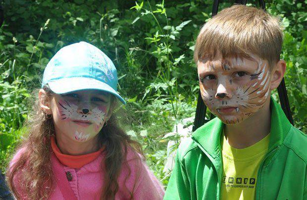 На конкурсе было много детей, которые в поддержку участников раскрасили лица под собачьи мордашки