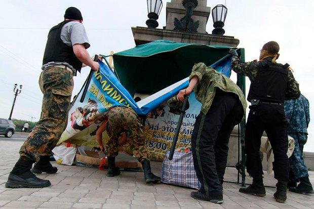 Сепаратисти громлять <<молитовний намет>> в травні 2014 р. у Донецьку, де проходили міжконфесійні молитви