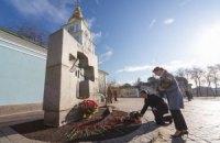 Порошенко с женой возложили цветы к памятному знаку жертвам Голодомора