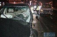 На проспекте Ватутина в Киеве джип Subaru врезался в бетонный парапет и протаранил Mercedes