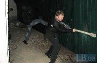 Киевляне сносят забор незаконной стройки на Жилянской (ОБНОВЛЕНО)