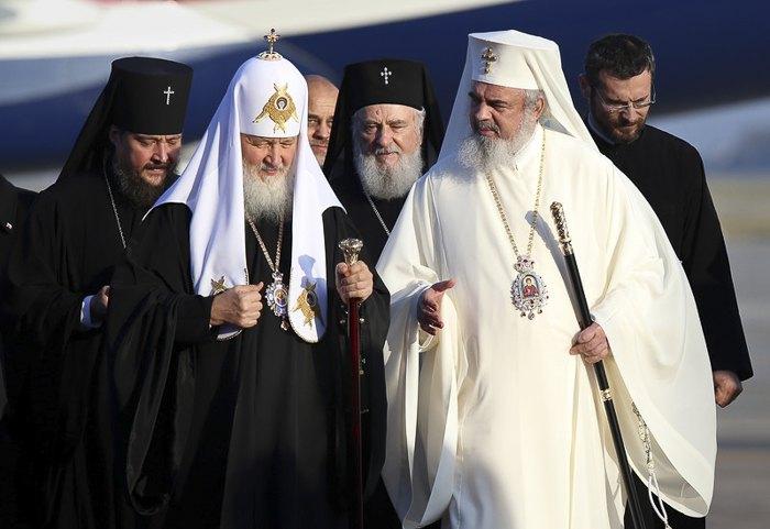 Патриарх Даниил встречает патриарха Кирилла в Международном аэропорту Отопени, возле Бухареста, 26 октября 2017.