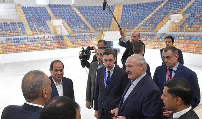 Президент Беларуси Александр Лукашенко и президент Египта Абдул-Фаттаха ас-Сиси (второй слева) в ходе посещения спортивных объектов в Новом Каире .