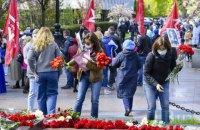 У Києві відбулася акція біля пам'ятника Ватутіну з покладанням квітів і червоними прапорами