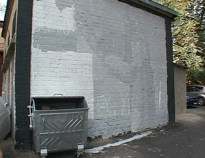 Закрашенная стена с работой