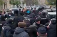 """У Києві відбулася сутичка між правоохоронцями та """"євробляхерами"""", які перекрили рух"""