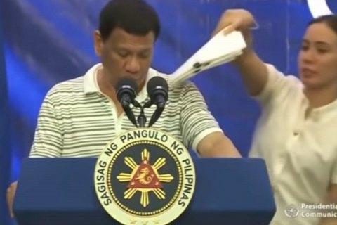 На плече президента Філіппін під час виступу заліз тарган