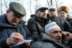 Чернобыльцы под Кабмином пишут заявления на случай смерти