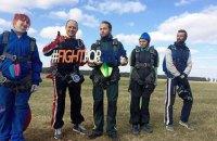 Незрячие люди прыгнули с парашютом на киевском аэродроме