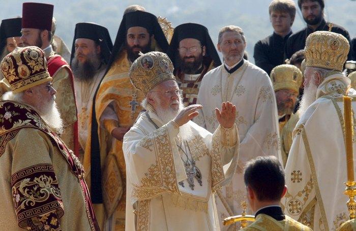 Вселенский Патриарх Варфоломей (в центре) благословляет украинских верующих во время службы возле памятника князю Владимиру во время визита в Киев, 27 июля 2008.