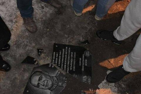 В Харькове националисты снесли памятник маршалу Жукову