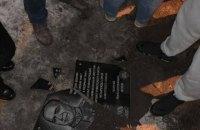 В Одессе пытались установить мемориальную доску Жукову, но она упала и разбилась