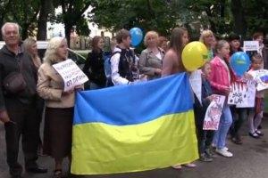 Під консульством Росії у Львові заспівали пісню про Путіна і спалили його фото