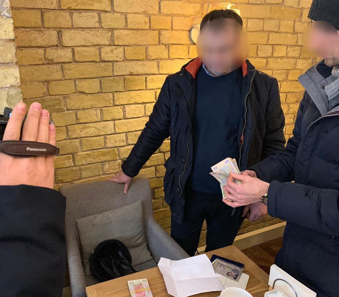 Чиновника и посредника задержали в ресторане с поличным