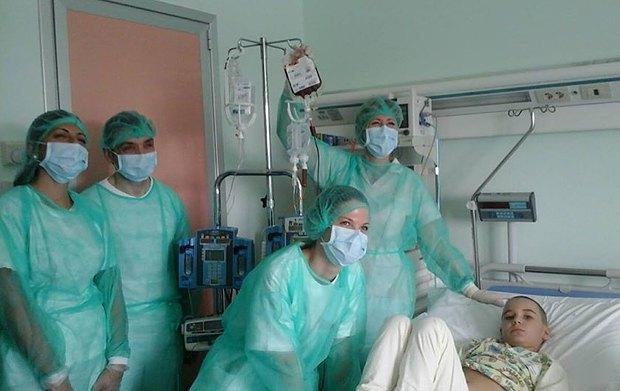 Илья, подопечный <<Таблеточек>>. На капельнице в пакете - донорские клетки костного мозга