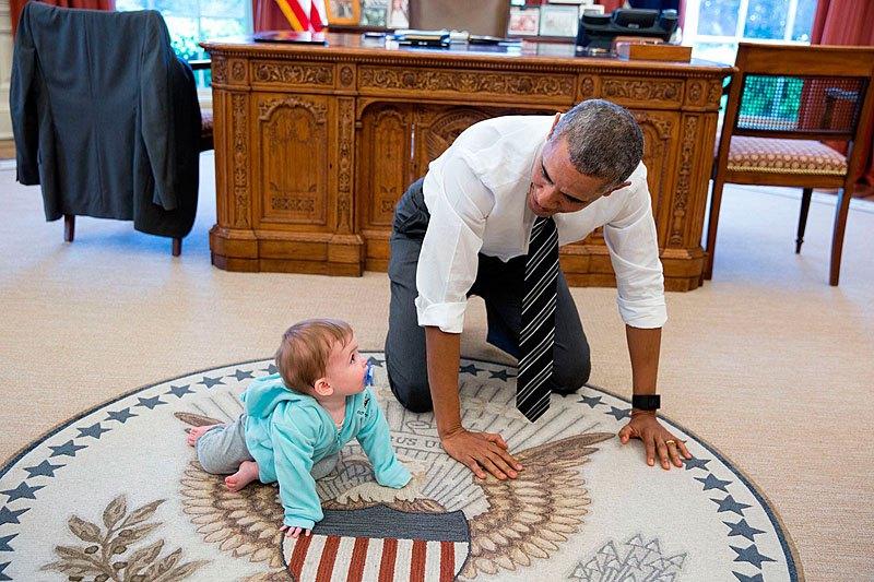Барак Обама с дочерью одной из своих подчиненных, помощника президента США по коммуникациям Джен Псаки. 14 апреля 2016 года