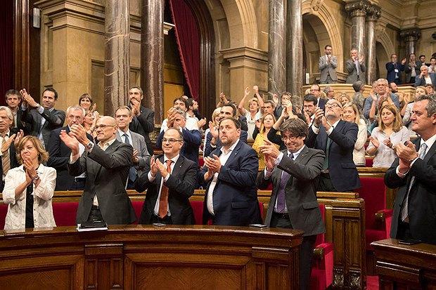 Депутаты аплодируют после голосования по закону о проведении референдума о независимости Каталонии, Барселона, 07 сентября 2017 .