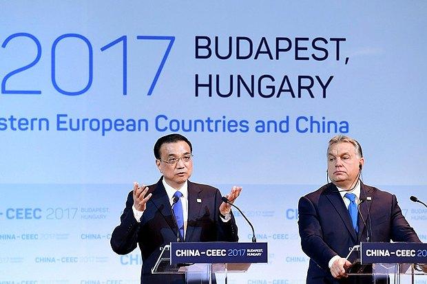 Премьер-министр Китая Ли Кэцяна и премьер-министр Венгрии Виктор Орбан во время саммита в Будапеште, 27 ноября 2017.