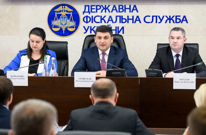 Справа-наліво: голова ДФС Мирослав Продан , прем*єр Володимир Гройсман та міністр фінансів Оксана Маркарова