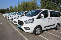 США передали полиции 11 микроавтобусов Ford для КОРД