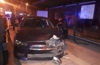 В Мариуполе автомобиль врезался в остановку, есть пострадавшие