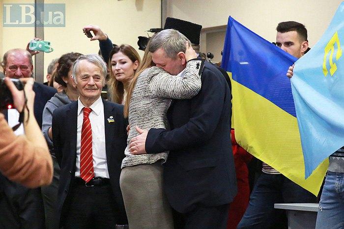 Ахтем Чийгоз обнимает жену Эльмиру Аблялимову, по прилету в Борисполь