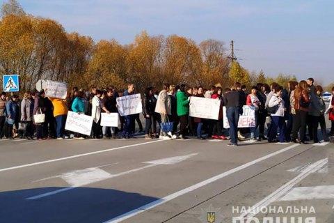 Учителі через борги із зарплати перекрили міжнародну трасу в Житомирській області