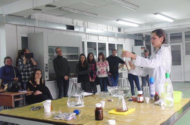 Во время лабораторного занятия в помещении завода <<Кристалл>>