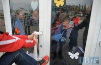 """Активисты требуют закрыть """"хлорированную тюрьму"""" - Киевский дельфинарий """"Немо"""""""