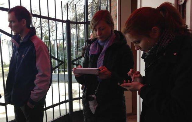 Украинские журналисты, которых не пустили в зал заседаний, пишут репортажи на проходной Верховного суда Чеченской Республики.