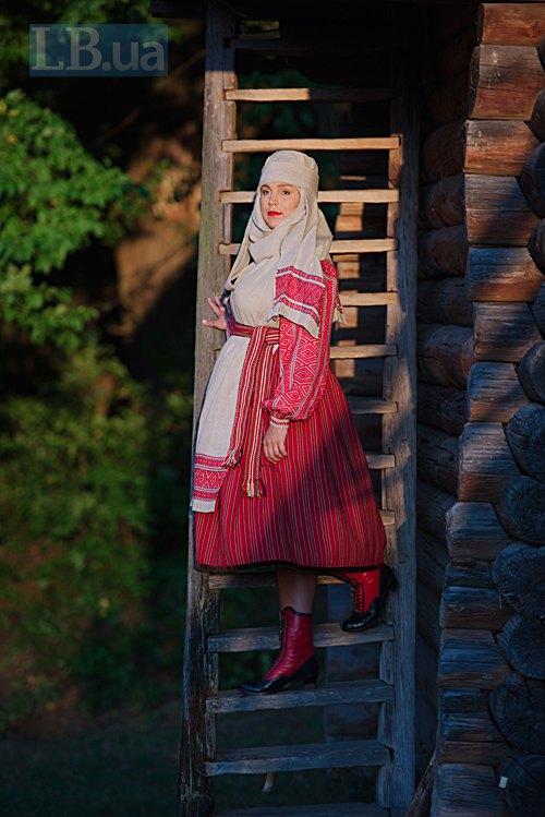 Другий костюм шеф-редактора LB.ua складається із сорочки, літника, фартуха, крайки і намітки – головного убору, який намотаний на дерев'яний обруч