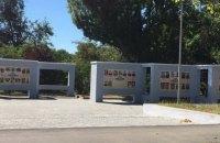 На Аллее Героев в Херсоне разрисовали краской фотографии погибших бойцов