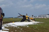 На авиашоу в Сингапуре самолет врезался в заграждение и загорелся