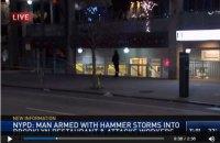 В Нью-Йорке мужчина напал на посетителей ресторана с молотком