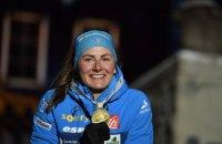 Французская биатлонистка оригинально отпраздновала медаль Чемпионата мира на церемонии награждения