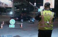 ДТП в Киеве: Ford вылетел на тротуар, врезался  дорожный знак и тяжело травмировал мужчину
