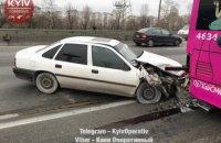 В Киеве Opel протаранил троллейбус
