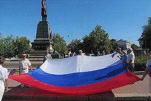 В Севастополе в знак траура развернули 20-метровый российский флаг