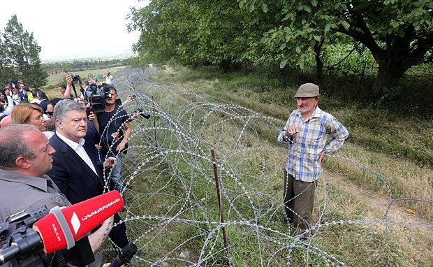Давид Ванишвили общается с Президентом Украины Петром Порошенко во время визита украинской делегации к линии разграничения