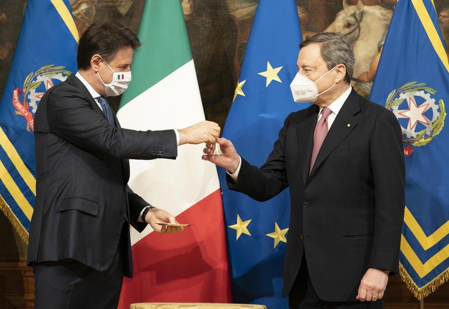 Джузеппе Конте передає новому прем'єр-міністру Маріо Драгі (справа) дзвінок як символ передачі влади та відкриття першої ради міністрів у палаці Кіджі, Рим, 13 лютого 2021 р