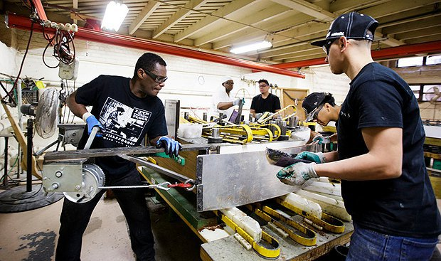 Рабочие собирают фортепиано на фабрике Steinway and Sons, Нью-Йорк.