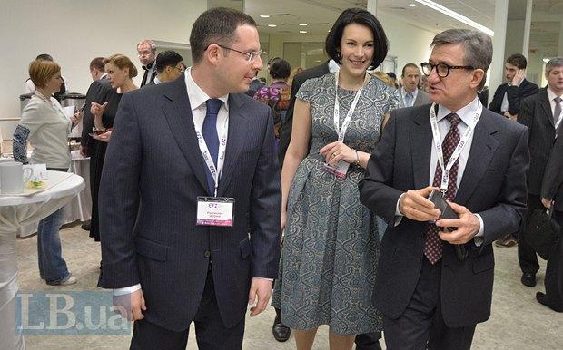 Слева - Ростислав Шурма, генеральный директор ЗАО <<Запорожсталь>>