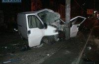 ДТП у Києві: мікроавтобус Fiat на великій швидкості вискочив на тротуар і врізався в стовп